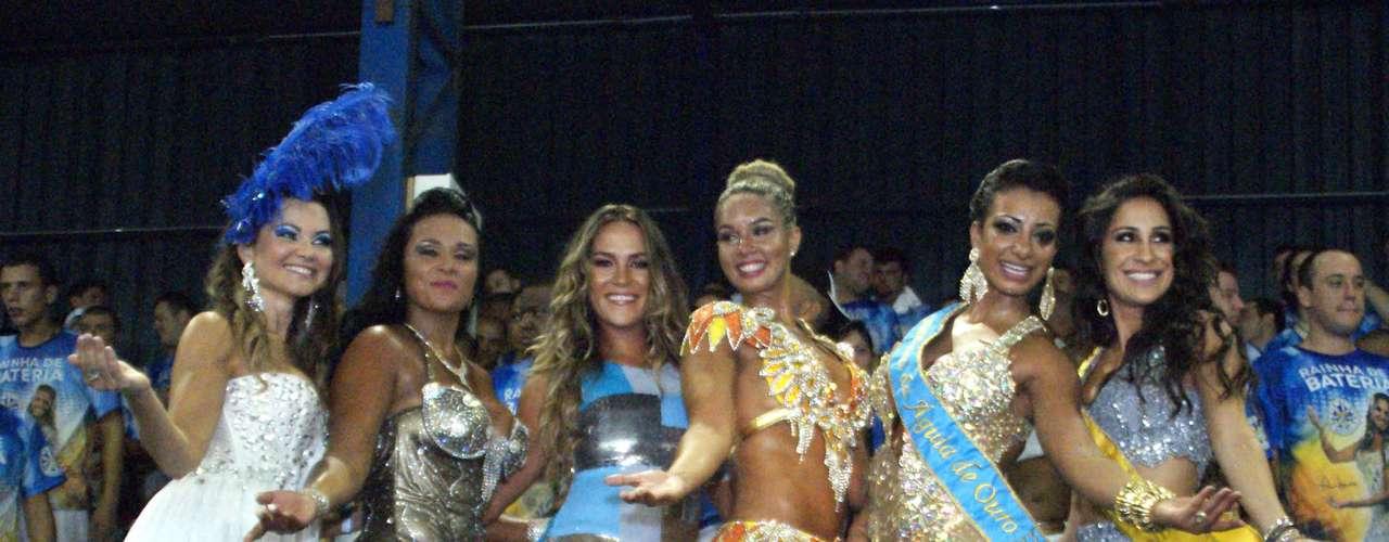 Rainha, madrinha e musas da Águia de Ouro posam juntas para foto