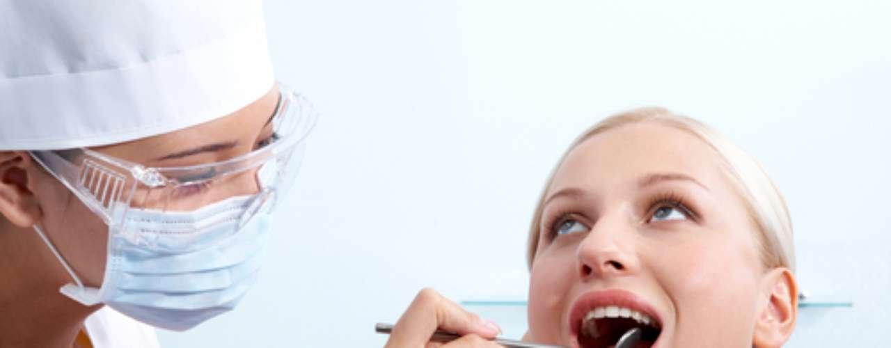 Diagnóstico O INCA recomenda que, diante de alguma lesão que não cicatrize em um prazo máximo de 15 dias, deve-se procurar um profissional de saúde (médico ou dentista) para a realização do exame completo da boca. A visita periódica ao dentista favorece o diagnóstico precoce do câncer de boca, porque é possível identificar lesões suspeitas.