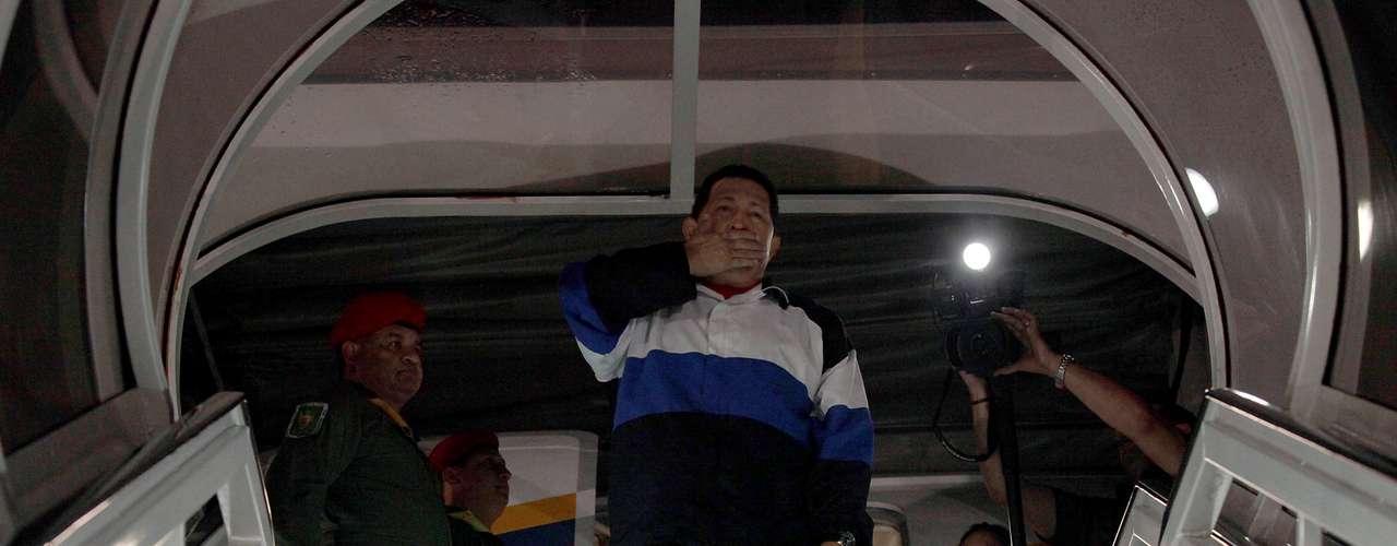 10 de dezembro -Chávez manda beijos ao embarcar em avião que o levou para Cuba, no aeroporto de Caracas