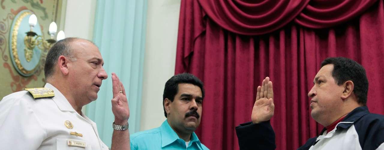 10 de dezembro - Chávez participa de cerimônia de posse do novo ministro da defesa, Diego Alfredo Molero Bellavia (esq.), em Caracas