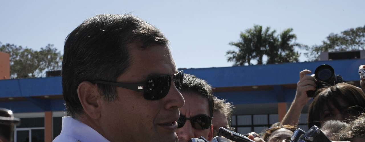 10 de dezembro -O presidente do Equador, Rafael Correa, conversa com jornalistas após desembarcar no aeroporto José Marti, em Havana. Correa chegou a Cuba para acompanhar o tratamento de Chávez