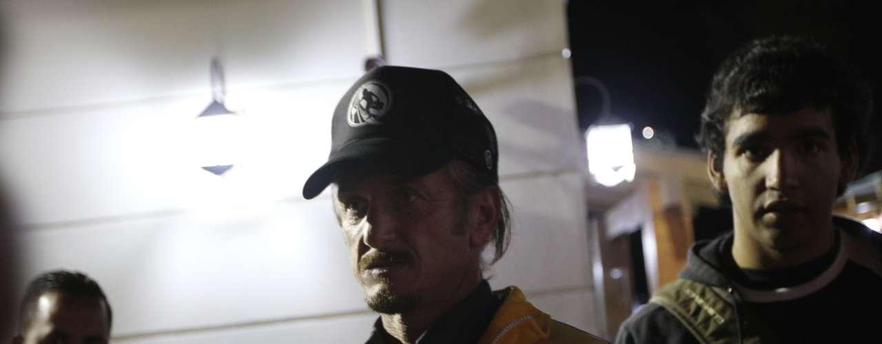 10 de dezembro -O ator americano Sean Penn participa de vigília pela saúde de Chávez em La Paz, na Bolívia