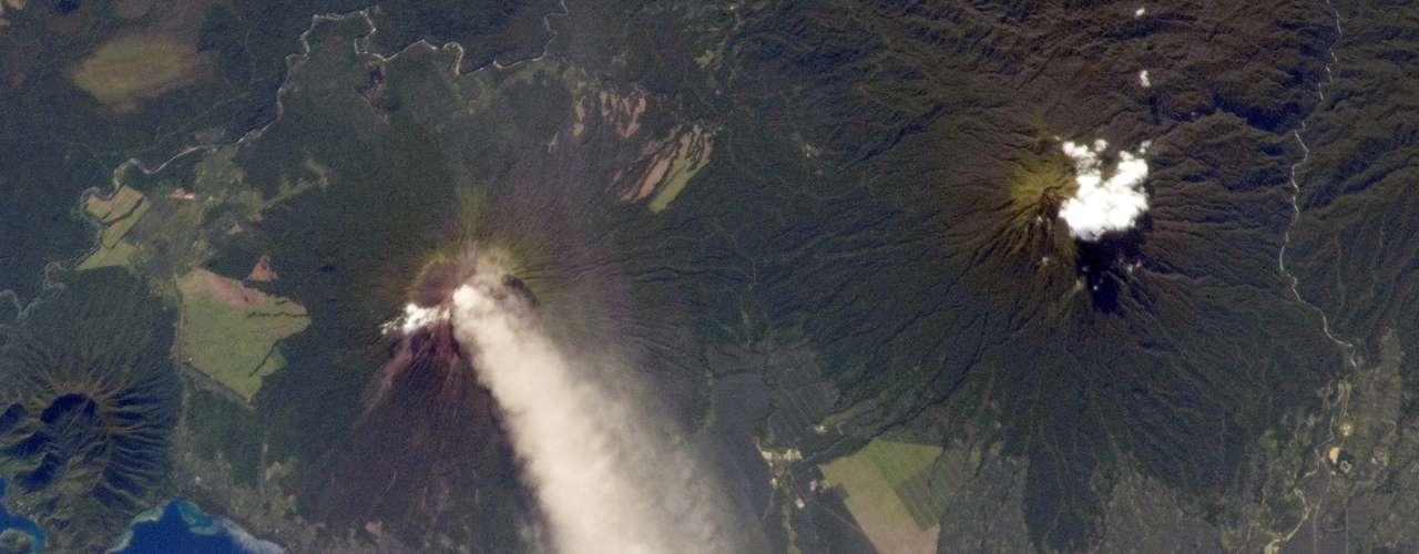 Astronauta da ISS registrou no dia 30 de novembro o vulcão Ulawun, na Papua-Nova Guiné, jogando suas cinzas na atmosfera terrestre. A imagem foi divulgada somente no dia 11 de dezembro. O vulcão, conhecido como O Pai, apresenta atividade vulcânica desde o século 18.