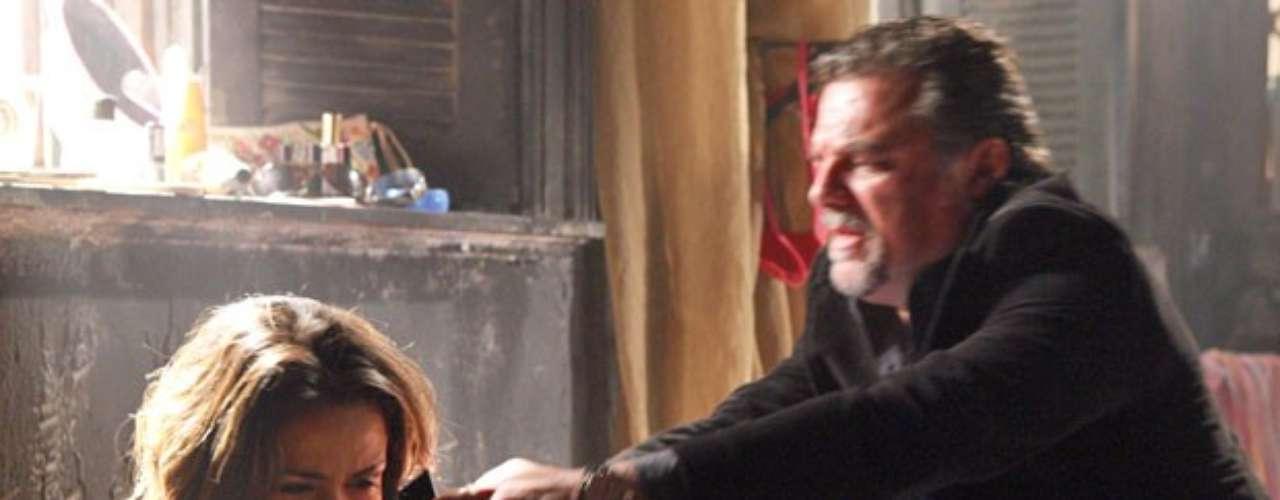 Morena consegue celular emprestado com Adam, mas enquanto tenta ligar para o Brasil em busca de ajuda é flagrada por Russo. O capanga lhe dá um tapa na cara e a ameaça de morte