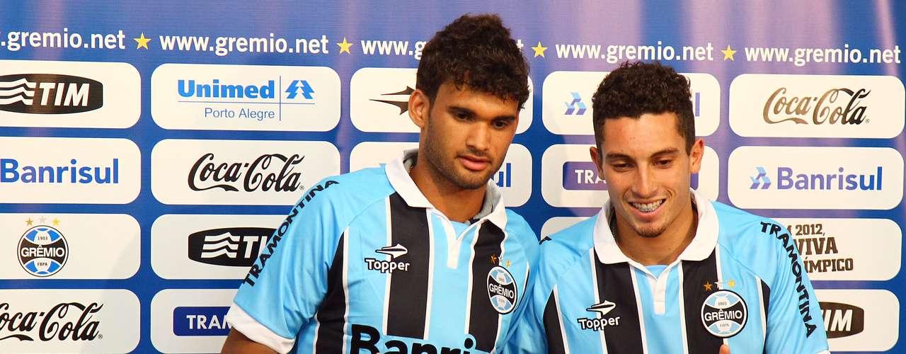 Após conquistar o título da Copa Sul-Americana com o São Paulo, o atacante Willian José (à esquerda) foi apresentado peloGrêmiocomo novo reforço da equipe gaúcha.Para a lateral esquerda, o clube também confirmou a contratação de Alex Telles,ex-Juventude