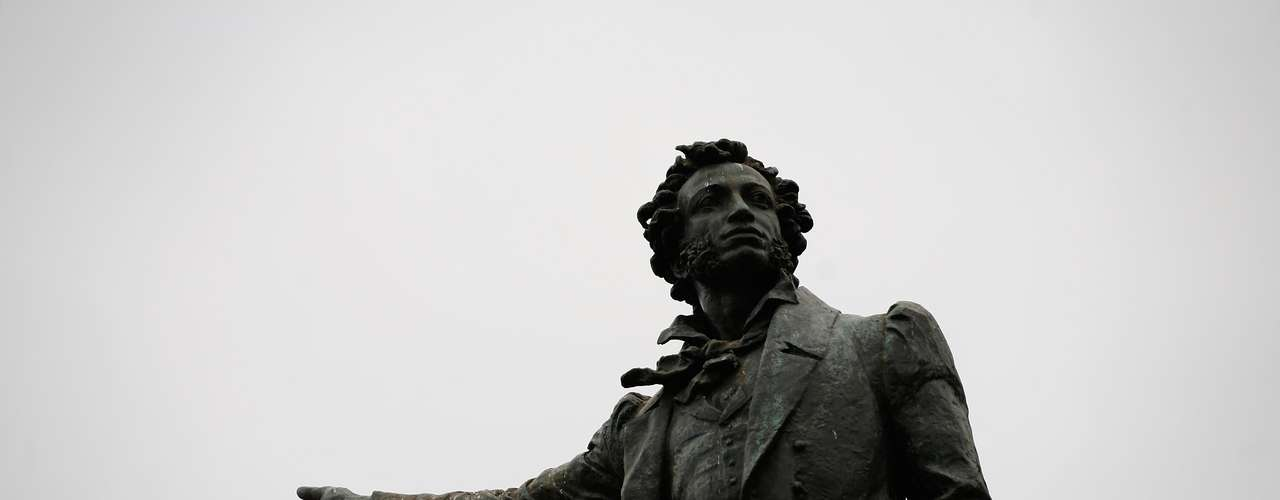 Pelas ruas e praças inúmeras estátuas, como esta do poeta Alexander Pushkin