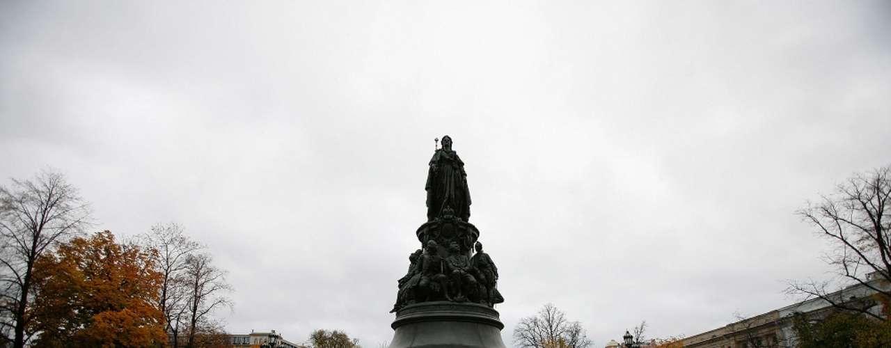 Pelas ruas monumentos aos antigos czares, como este a Catarina, a Grande