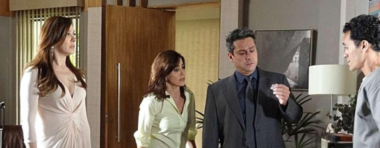 Lívia (Claudia Raia) sai rapidinho do escritório de Stenio (Alexandre Nero) quando a câmera que ela instalou é descoberta