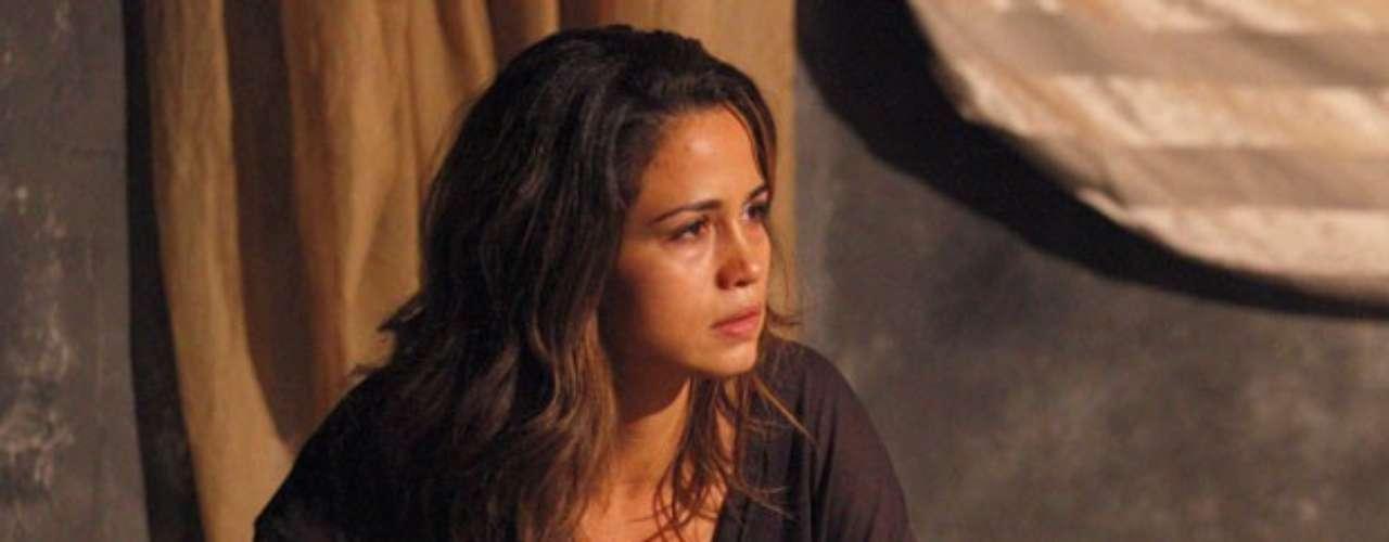 Morena (Nanda Costa) fica chocada quando escuta a colega dizer que traficaria pessoas para se dar bem