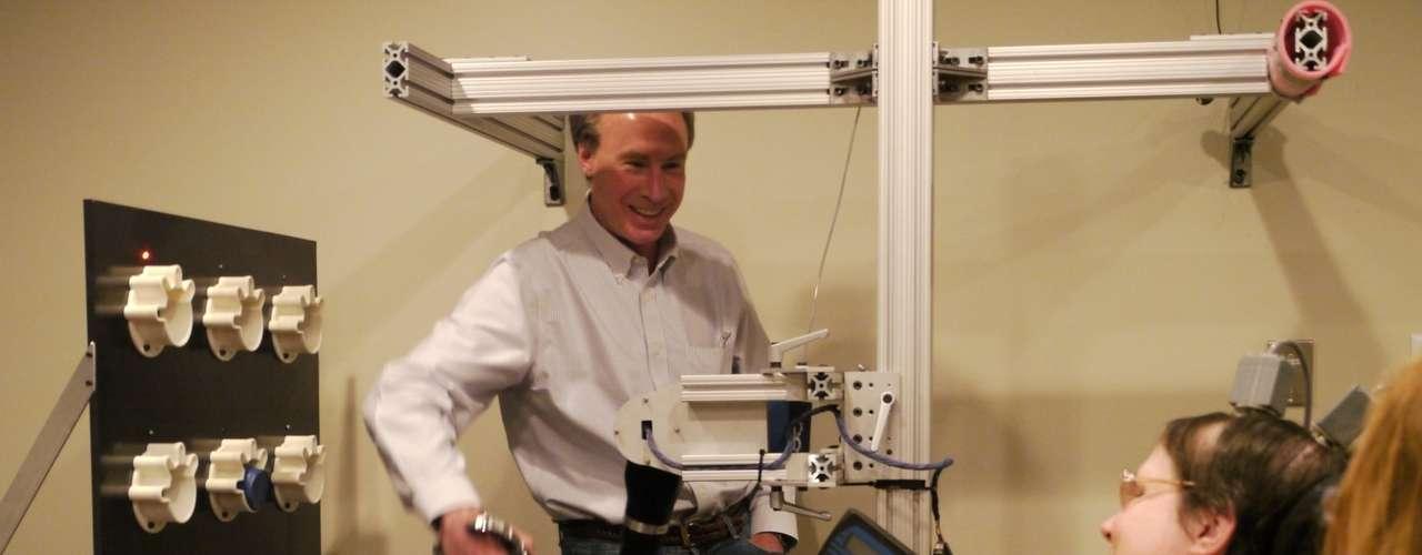 Tetraplágica, a pacienteJan Scheuermann foi selecinada para fazer os testes de um braço robótico controlado pelos seus pensamentos