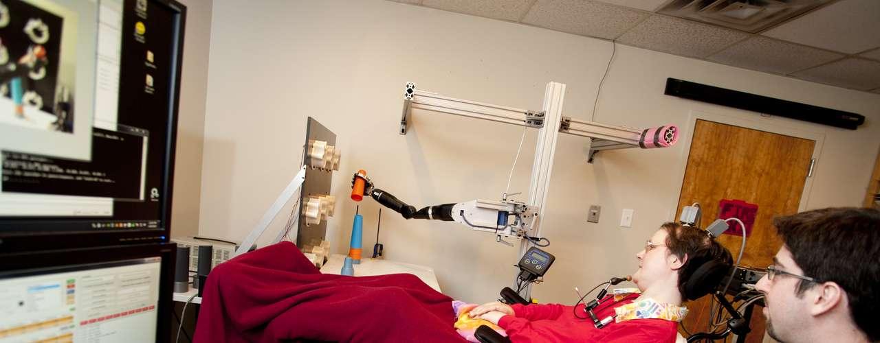 Cada etapa dos testes era monitorada. O resultado, segundo cientistas, é um braço robótico com movimentos quase humanos