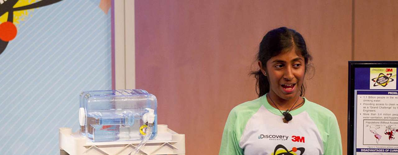 A americana Deepika Kurup, 14 anos, criou um sistema de purificação de água movido a energia solar. A ideia da estudante do ensino médio de New Hampshire surgiu quando ela viu crianças indianas bebendo água suja de uma poça d'água. A cena fez com que ela buscasse \