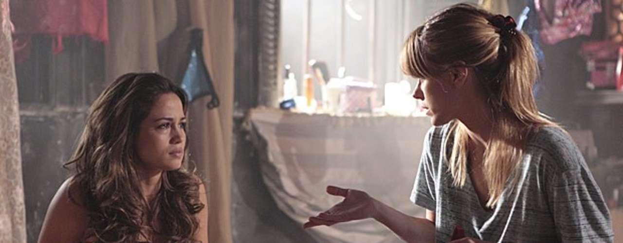 Morena (Nanda Costa) e Jéssica (Carolina Dieckmann) se lembram de uma saída secreta da boate e planejam fugir