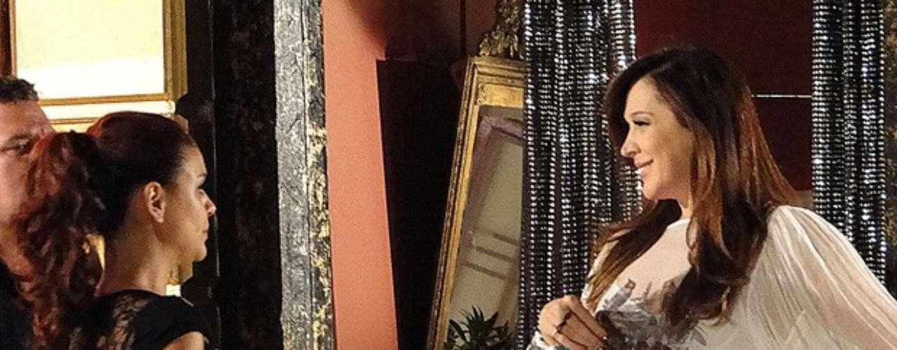 Lívia (Claudia Raia) está na boate com Morena (Nanda Costa), Jéssica (Carolina Dieckmann) e Waleska (Laryssa Dias), quando Rosângela aparece com um segurança