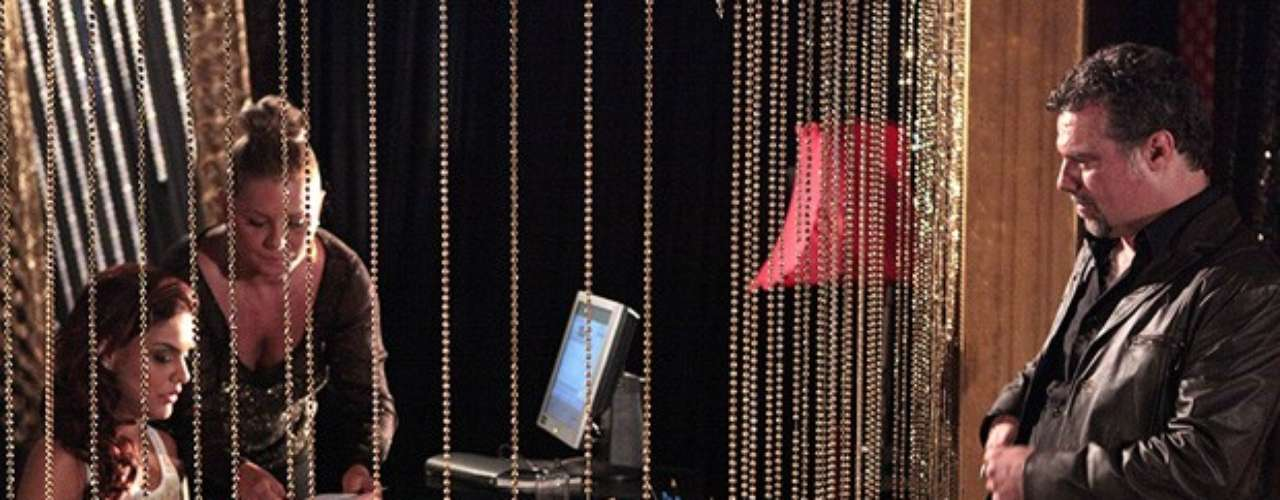 Rosângela (Paloma Bernardi) aprende a controlar o caixa da boate com a ajuda de Irina (Vera Fischer)