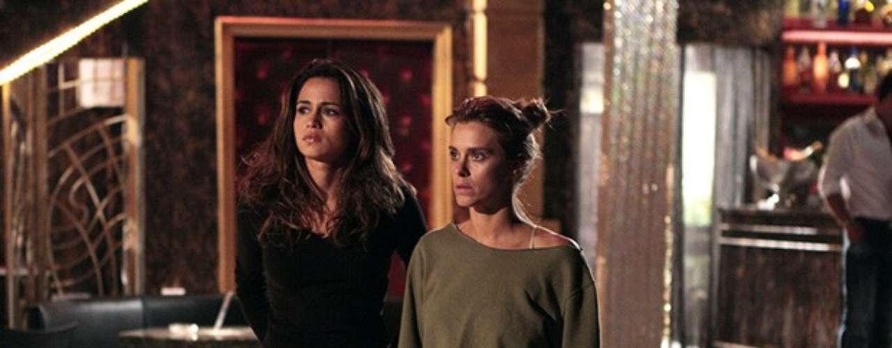 Jéssica (Carolina Dieckmann) e Morena (Nanda Costa) ficam chocadas quando vêem a colega mudando de lado