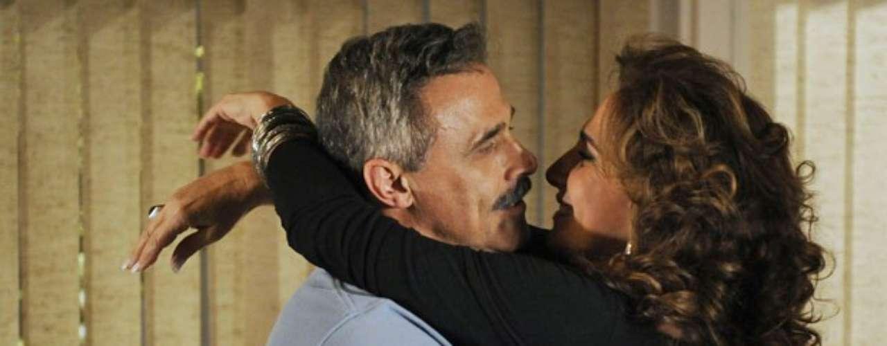 Wanda (Totia Meirelles) recebe a visita no ex-namorado em seu hotel. O coronel Nunes (Oscar Magrini) agarra a amada sem imaginar que ela se transformou em uma bandida