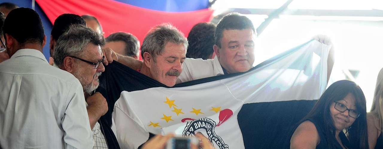 Lula também posou para fotos com uma bandeira do Corinthians, clube pelo qual torce