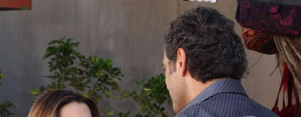 Bianca (Cleo Pires) pede para o amado mostrar como é que se beija com os olhos