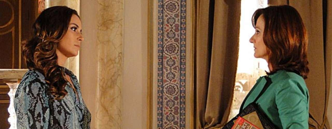 Helô (Giovanna Antonelli) não consegue confirmar suas desconfianças sobre o tráfico de crianças