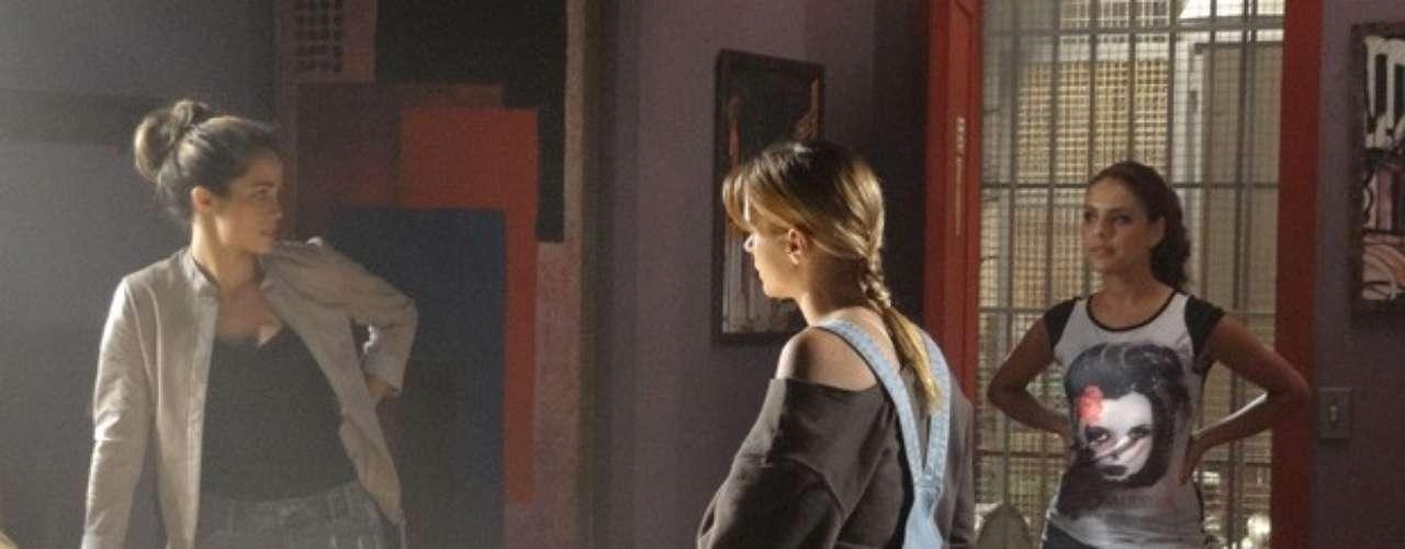 Morena e Jéssica começam a preparar a fuga da boate, mas Rosângela chega bem na hora e questiona o que as duas estão fazendo