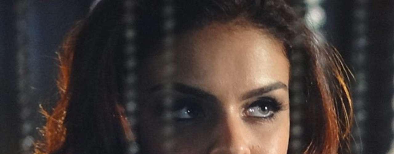 Rosângela (Paloma Bernardi) conta para Russo (Adriano Garib) que Jéssica (Carolina Dieckmann) e Morena (Nanda Costa) esconderam roupas em um quarto do bordel