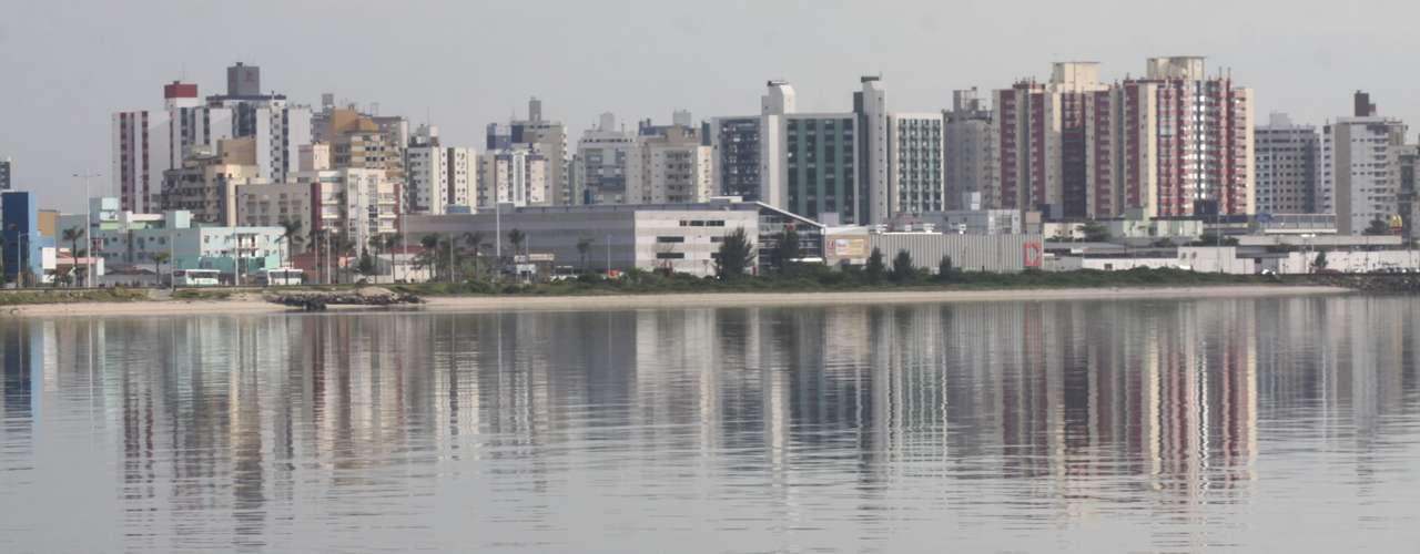 21 de dezembro -Na cidade de São José (SC), ao lado de Florianópolis, o verão começou com tempo nublado