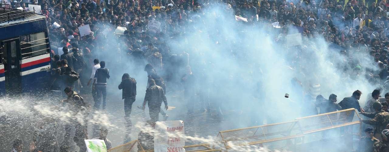 Soldados usam jatos de água para dispersar manifestantes