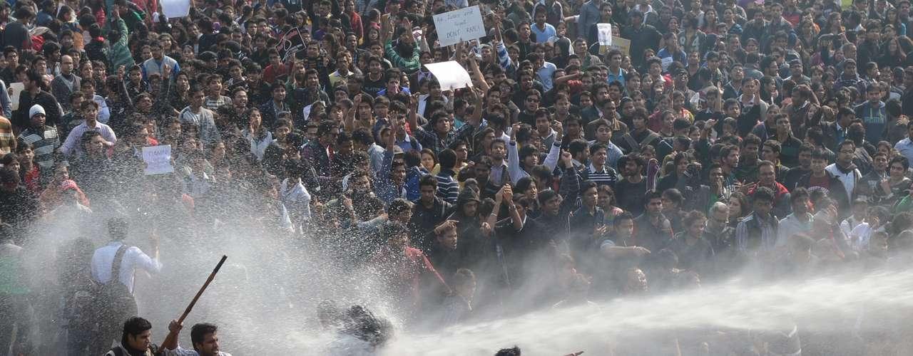 Jato d'água atinge manifestante enquanto a polícia tenta dispersar o protesto em frente ao Palácio Presidencial indiano, em Nova Délhi