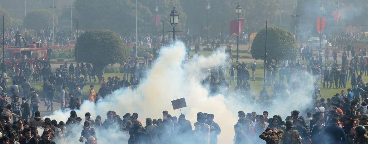 Bomba de gás lacrimogêneo é lançada por policiais contra manifestantes em frente à sede do governo