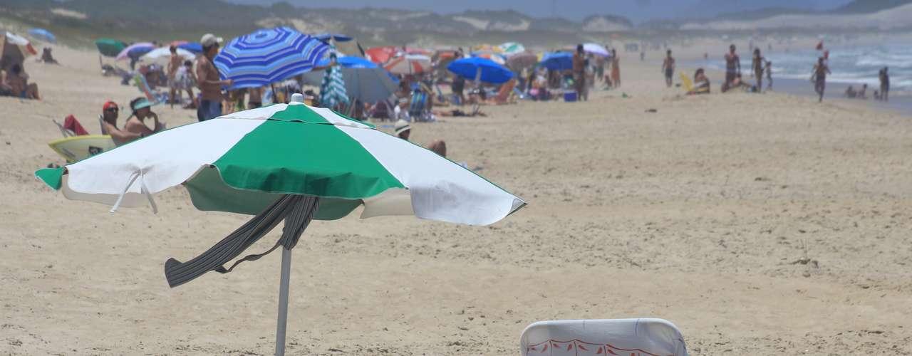 23 de dezembro - Apesar do vento mais forte, banhistas aproveitaram o sol na orla de Florianópolis
