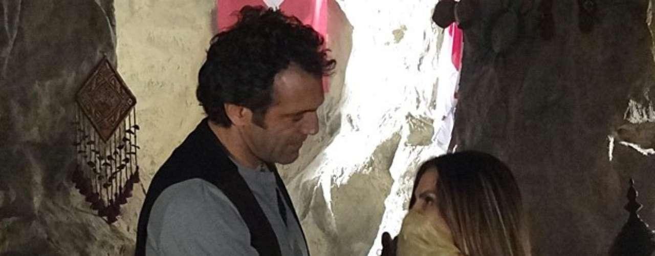 Bianca (Cleo Pires) veste roupas turcas e encanta o namorado, Zyah (Domingos Montagner)