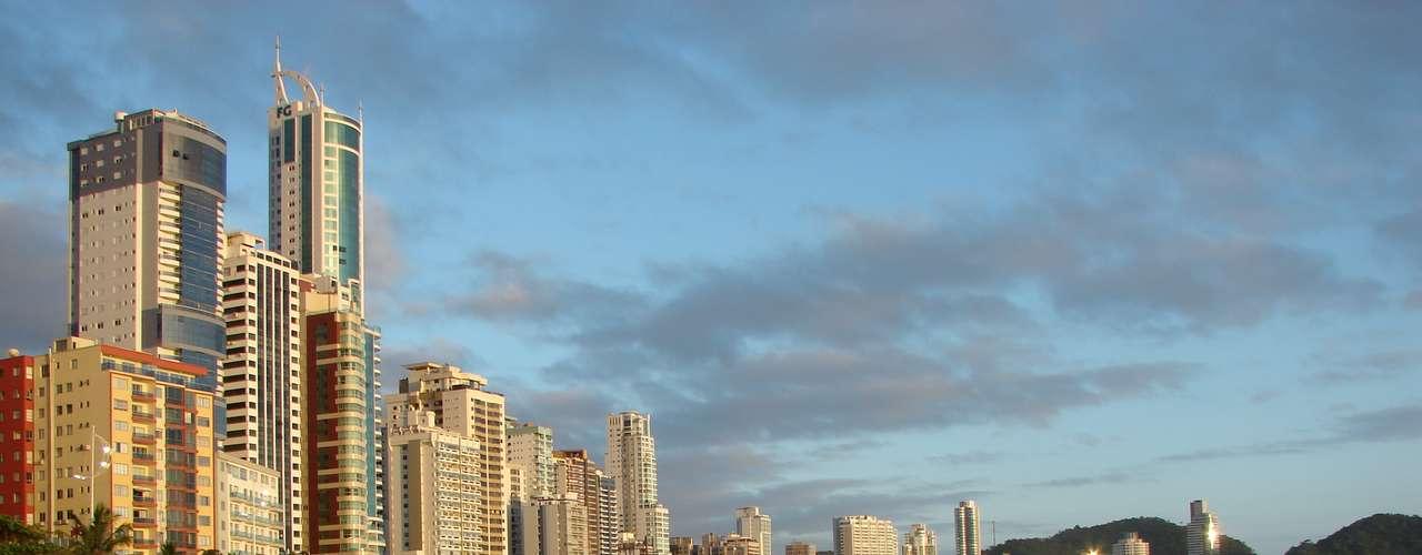 24 de dezembro  - Apesar do sol, muitas nuvens também compunham o céu de Balneário Camboriú nesta véspera de Natal