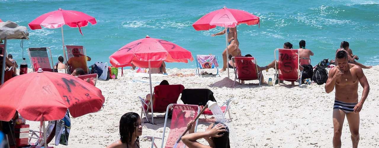 24 de dezembro  - Banhistas aproveitam o calor na manhã desta segunda-feira na praia da Barra da Tijuca no Rio de Janeiro