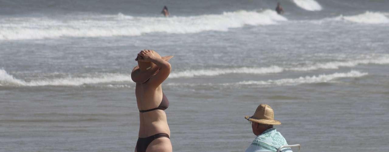 25 de dezembro - Alguns turistas preferiram esperar até o final da tarde para ir à praia por causa do sol forte em Santa Catarina