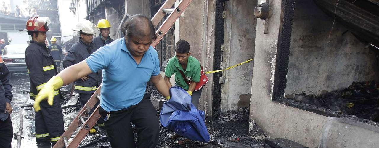 Os serviços de resgate localizaram seis corpos carbonizados entre os escombros de um conjunto habitacional