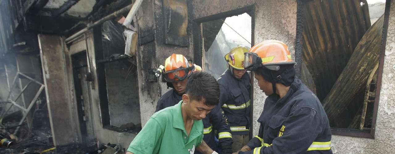 Pelo menos sete pessoas morreram e outras 8 mil perderam suas casas por causa de dois incêndios registrados na capita filipina durante a madrugada do Natal