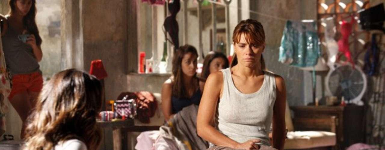 Jéssica (Carolina Dieckmann) e Morena (Nanda Costa) ficam assustadas com as ordens do capanga e não entendem porque têm que engolir uvas sem morder