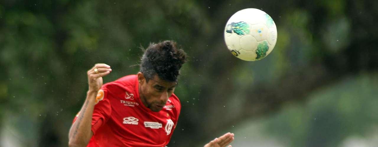 Leonardo Moura, do Flamengo, admitiu ter sido contatado pelo Goiás; a equipe esmeraldina prioriza a contratação de um lateral direito, já que Vítor não deve permanecer no clube