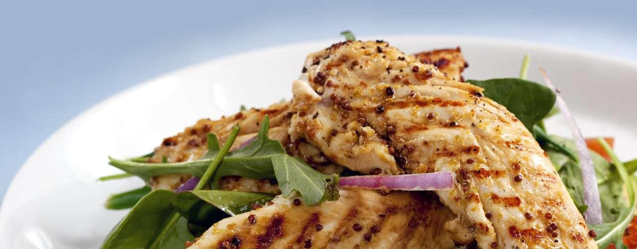 Frango -A proteína do frango gera uma maior sensação de saciedade e, além disso, carnes magras deste tipo ajudam a estabilizar os níveis de açúcar no sangue. Esta é uma boa dica para quem quer reduzir o inchaço e os gazes, porque quando estamos famintos geralmente procuramos por carboidratos ou pelos alimentos cheios de açúcar, que contribuem para isso. Como comer: você pode optar por uma salada com peito de frango, alface, pepino, amêndoas, suco de limão, manjericão e azeite
