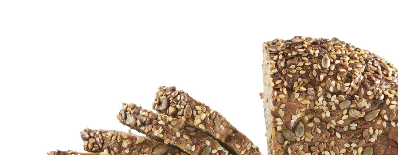 Pão de soda -Se você se sente desconfortável ou inchado na maioria das vezes que se alimenta, pode ser um indício de que deve diminuir a quantidade de fermento que vem ingerindo. Uma alternativa é substituir o pão tradicional, que contem muito fermento, pelo pão de soda, que não leva esse ingrediente. Além disso, a fibra existente neste alimento pode aliviar a constipação e remover todos os resíduos que estão contribuindo para o inchaço. Como comer: toste o pão e coma com uma sopa de vegetais