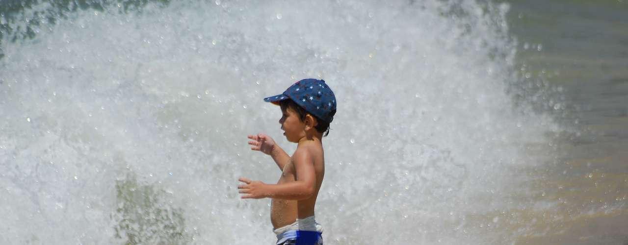 27 de dezembro - Menino entra no mar da praia de Ipanema
