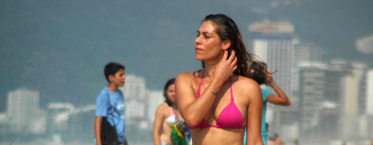 28 de dezembro - Banhistas enfrentaram forte calor na manhã desta sexta-feira na praia de Ipanema, zona sul do Rio