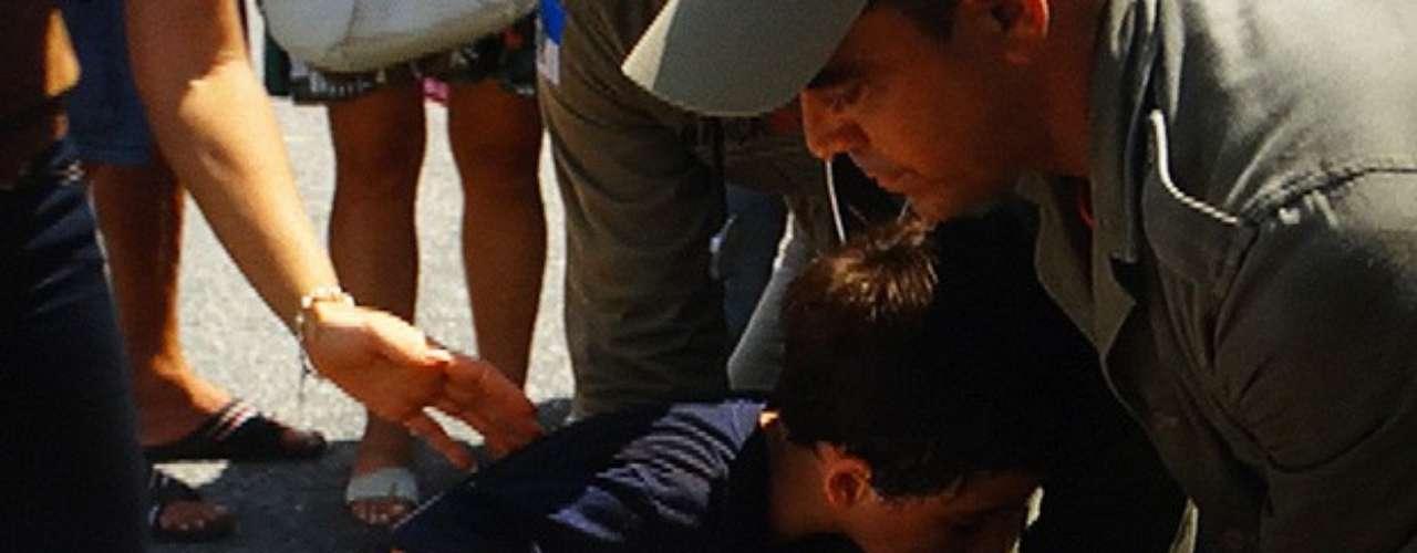 Em Salve Jorge, da TV Globo, Théo (Rodrigo Lombardi) teve que se jogar em frente a um ônibus para salvar a vida de Junior (Luiz Felipe Mello). Por sorte, o capitão saiu ileso após o acidente.Resgatado pelos bombeiros, Théo é levado para o hospital, mas está a salvo e sem ferimentos. Érica (Flávia Alessandra) se oferece como companhia ao mocinho, mas ee pede que ela leve Junior para casa.