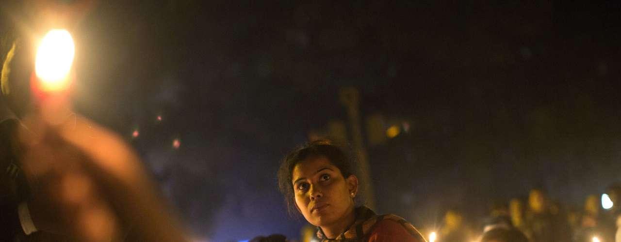 Indianas participam de manifestação noturna em Nova Délhi