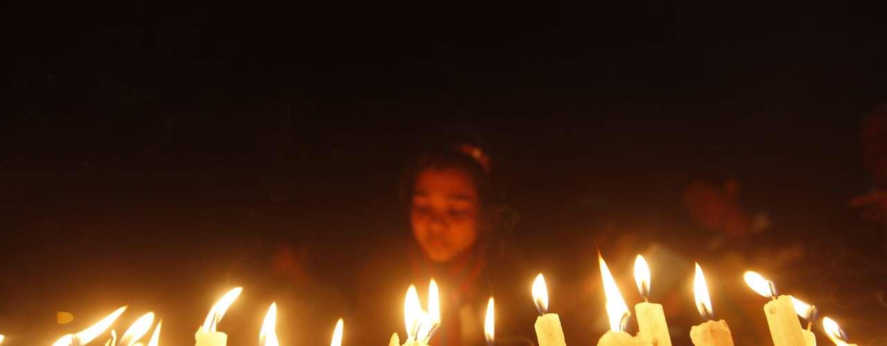 Cidadãos acendem velas em nome das vítimas de estupro na Índia