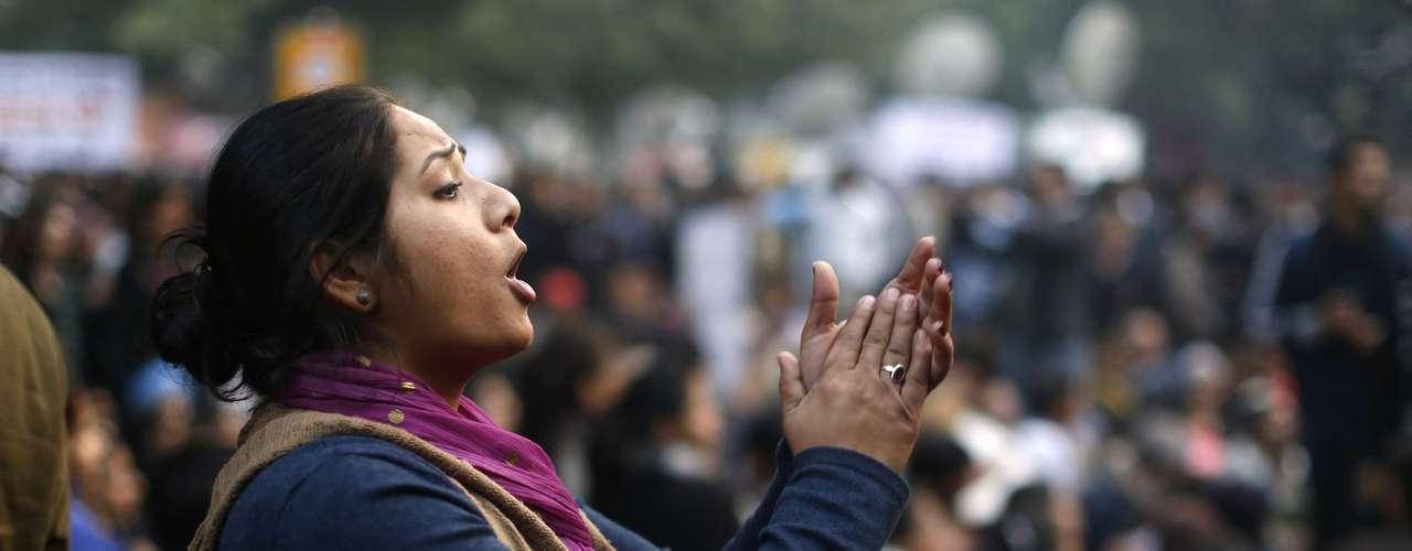 Manifestante canta e grita durante protesto na Índia contra os casos de estupro