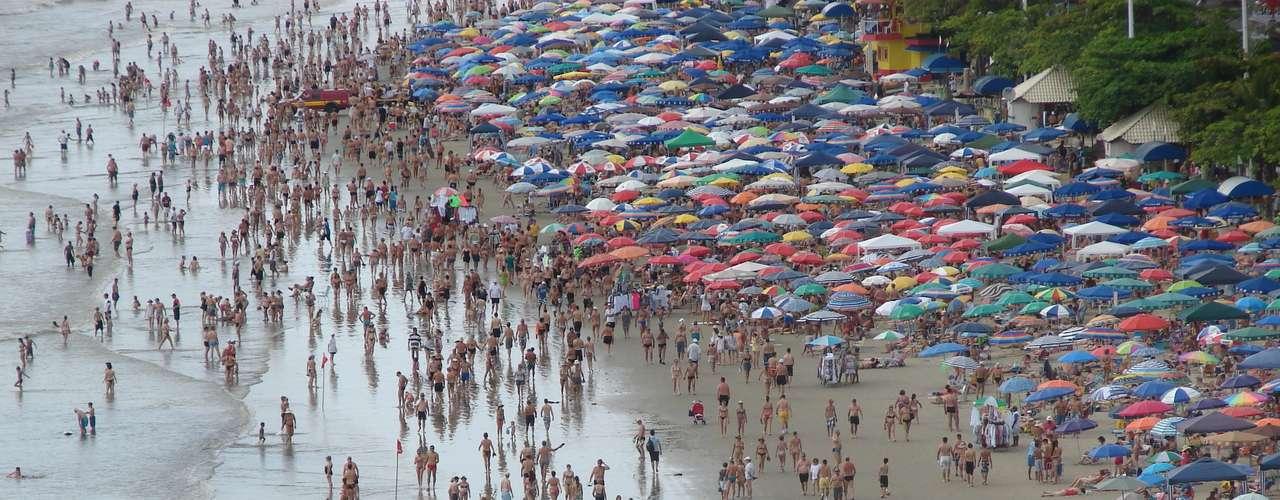 29 de dezembro Apesar de tempo instável, banhistas aproveitam as férias no litoral catarinense