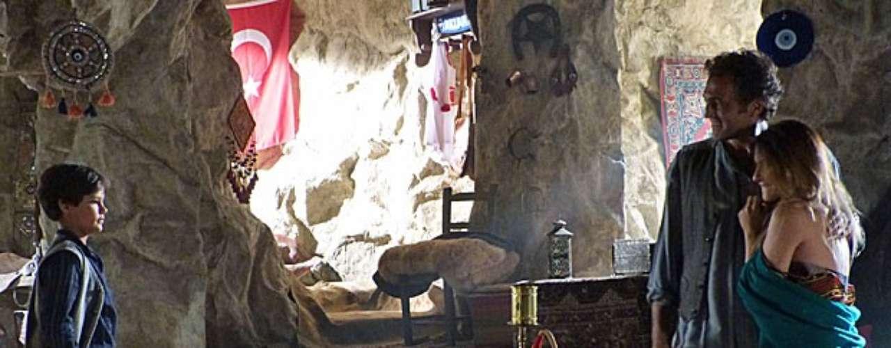 Bianca (Cleo Pires) está morando com Zyah (Domingos Montagner) na caverna, mas fica chocada ao descobrir que seu amor levará o filho, Ekran (Frederico Volkmann), para morar com eles. Ao chegar ao local, ela se surpreende com os dois. \