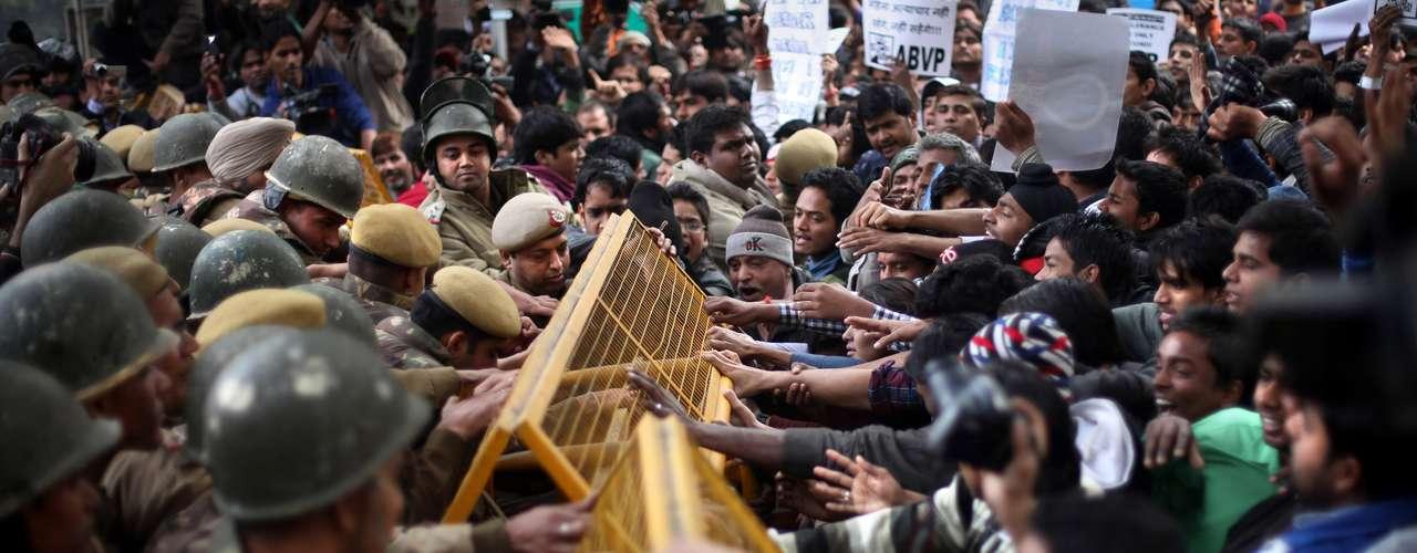 Estudantes do partido de oposição Bharatiya Janata tentam romper barreira policial durante protesto por morte de jovem estuprada por seis homens